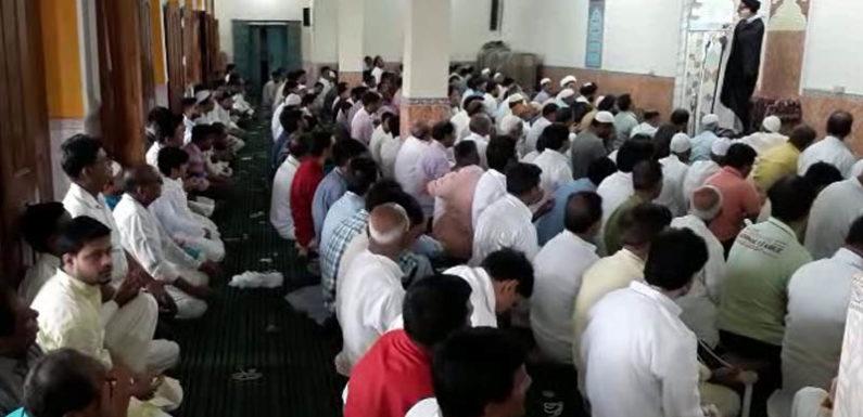 अलविदा की नमाज अता कर ईद की तैयारियों में जुटे मुस्लिम समुदाय के लोग