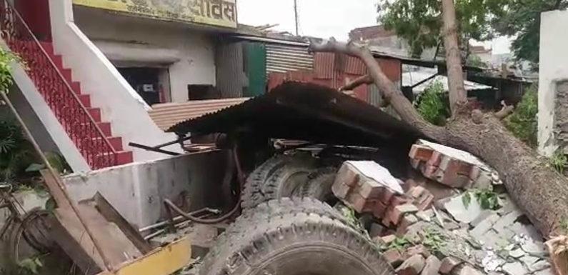 सीतापुर में आंधी तूफान ने बरपाया कहर 2 की मौत कई घायल