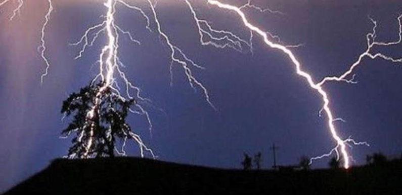 घर के बाहर पति के आने का इंतजार कर रही महिला पर गिरी आकाशीय बिजली, मौत