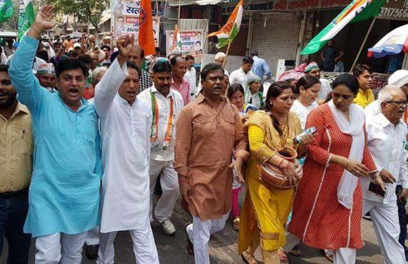 दिल्ली में कांग्रेस के जल सत्याग्रह आंदोलन में पानी के मटके फूटे