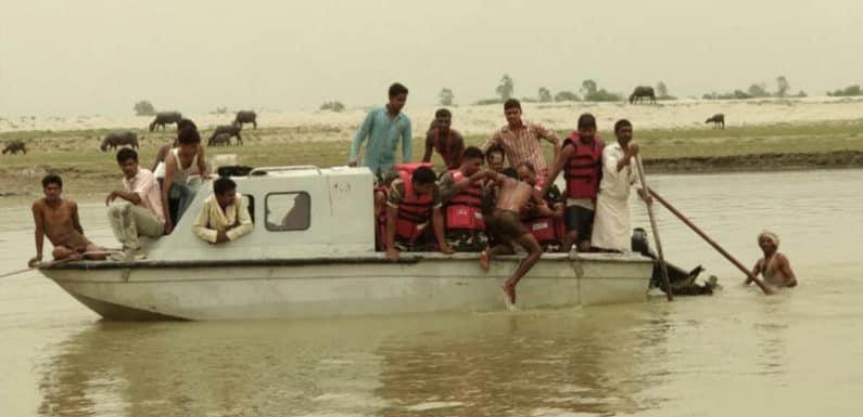 डीएम और एसपी ने सिखाए ग्रामीणों को बाढ़ के दौरान बचाव के गुर