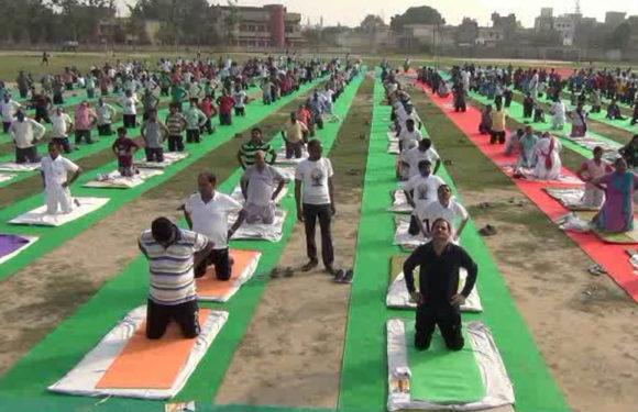अंतर्राष्ट्रीय योग दिवस पर हज़ारो लोगो ने एक साथ किया योग