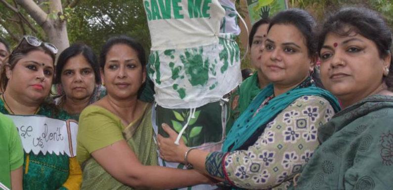 दिल्ली में महिला कांग्रेस का पेड़ बचाओ अभियान आयोजित