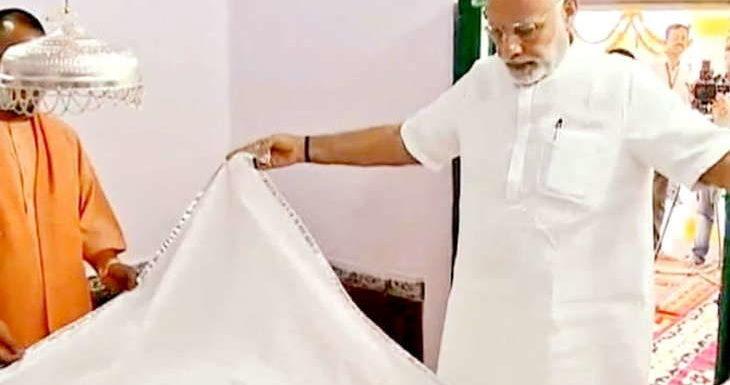 कबीर महोत्सव में पीएम ने कबीर अकादमी की आधारशिला रखी,  समाधि पर चादर भी चढ़ायी