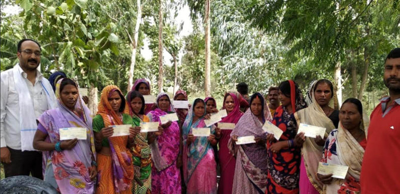 शौचालय निर्माण के प्रति जागरूक करने के साथ ही 21 लाभार्थियों को दिया चेक