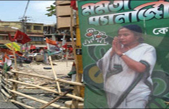 बंगाल में अमित शाह के रास्ते पर हाथ जोड़ेगी CM ममता बेनर्जी, TMC के लगे पोस्टर