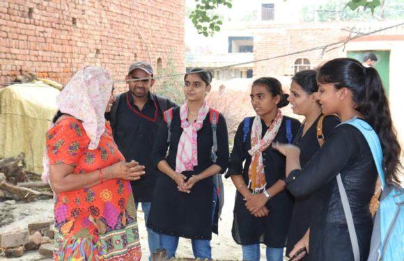 पत्रकारिता विभाग के छात्रों ने गाँव में जाकर लोगों को किया स्वच्छता के लिए जागरूक