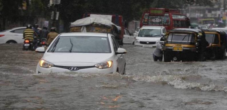 देहरादून में तेज बारिश के वजह से आई आफत, कई गाड़ियां बही