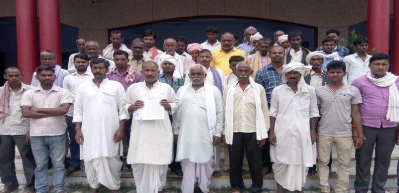 अवैध बालू खनन के विरोध में ग्रामीणों ने किया प्रदर्शन, सौंपा ज्ञापन