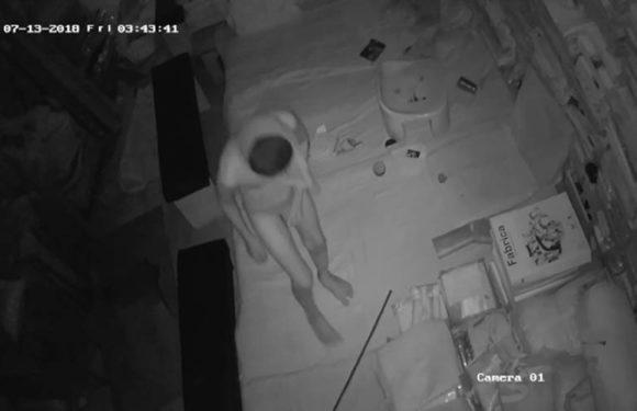 नंगेबदन चोरी करते हुए सीसीटीवी में कैद हुआ नाबालिग चोर, देखें वीडियो