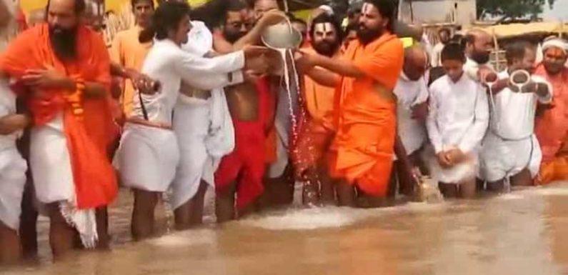 अपवित्र सरयू नदी को दुग्धाभिषेक कर संतों ने किया पवित्र,मुस्लिमों पर लगाया था ये आरोप