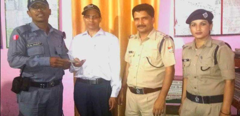 ATM से निकले 5000 रुपये 02 घण्टे में थाना गोपेश्वर पुलिस किये बरामद कर वापस लौटाये