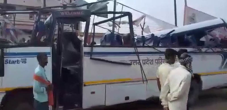 मिर्जापुर में मौत का सफर, बस ट्रक में घुसी 7 की मौके पर दर्दनाक मौत, दर्जनों घायल