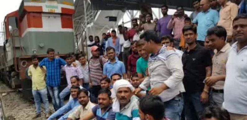 नशे में धुत सिपाहियों ने रेलवे कर्मचारी को धुना, गुस्साए कर्मचारियों ने ट्रेन रोककर किया प्रदर्शन