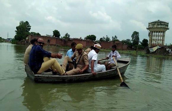 शर्मनाक : नाबालिक बच्चे ने नाव चलाकर बाढ़ प्रभावित क्षेत्रों का डीएम एसपी को करवाया मुआयना