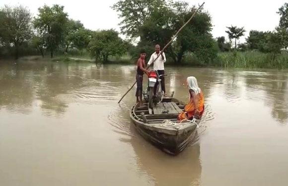अस्थायी बांध टूटा, गाँवो घुसने लगा घाघरा नदी का पानी, दौरे पर पहुँचे मंत्री