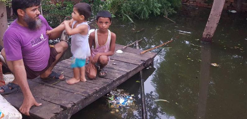 बाढ़ में डूबे घर,भीख माँग कर बच्चों का पेट भर रहे लोग,अधिकारी बोले गॉड गिफ्ट है ये