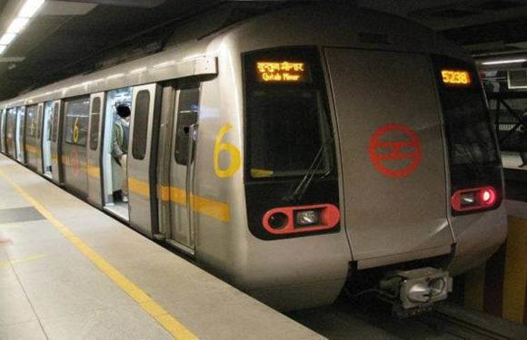 येलो लाइन मेट्रो पर हुआ सबसे ज्यादा जुर्माना फर्श पर बैठना पड़ा महंगा