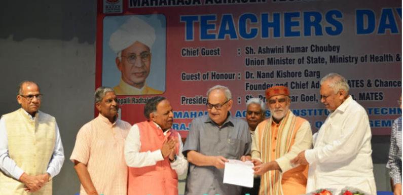 शिक्षकों और छात्रों ने दिया केंद्रीय मंत्री अश्विनी चौबे को केरल बाढ़ आपदा के लिए 21 लाख का चेक