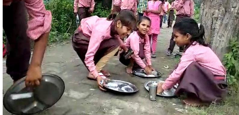 मिड डे मील का खाने के बाद छात्रों से धुलवाते हैं बर्तन, पढ़ाई का समय जाता है व्यर्थ