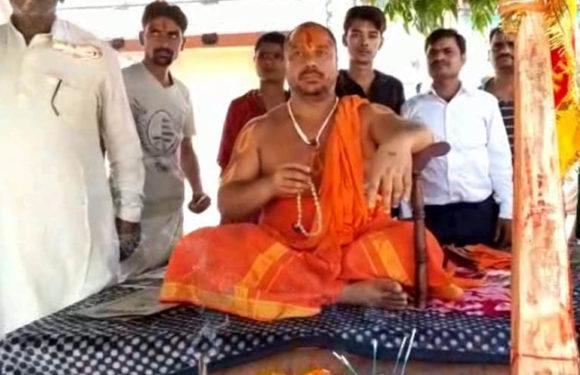 2019 चुनाव से पहले राम मंदिर निर्माण को लेकर आमरण अनशन पर बैठे संत