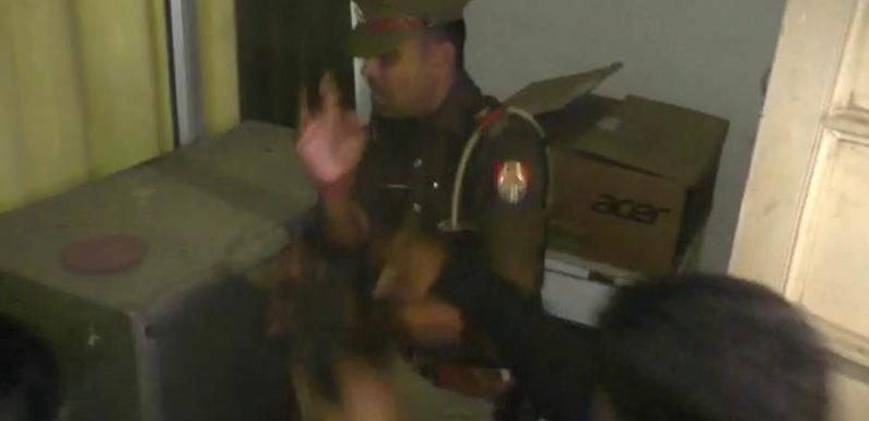 आक्रोशित अधिवक्ताओ ने दरोगा को जूतों से पीटा,देखिए वीडियो