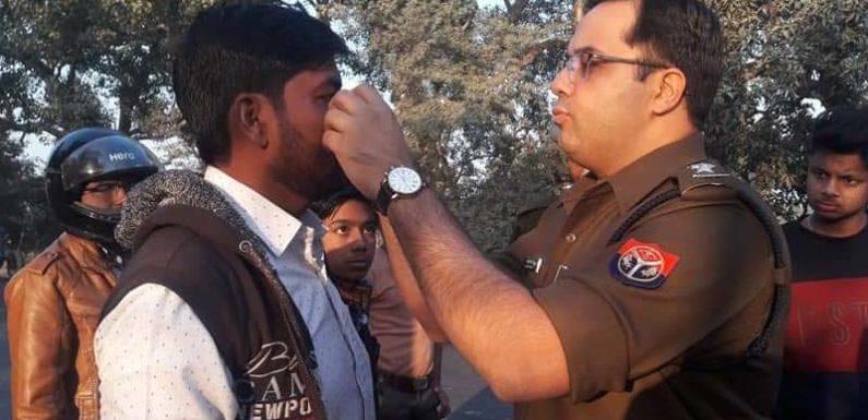 पुलिस अधीक्षक बने डॉक्टर, बीच सड़क घायलों का किया इलाज