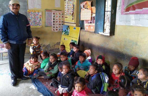गोद लिए कुपोषित बच्चे को देखने आंगनवाडी केन्द्र पहुँचे मुख्यकोषाधिकारी