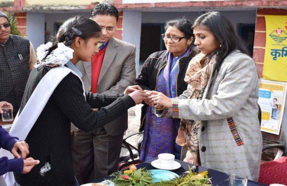 जिलाधिकारी ने छात्र-छात्राओं को पेट के कीड़े मारने वाली दवा खिलाकर कार्यक्रम का किया शुभारंभ