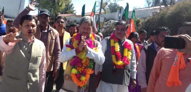 भाजपा प्रत्याशी तीरथ सिंह रावत ने पोखरी में रोड शो निकाल कर मांगा समर्थन