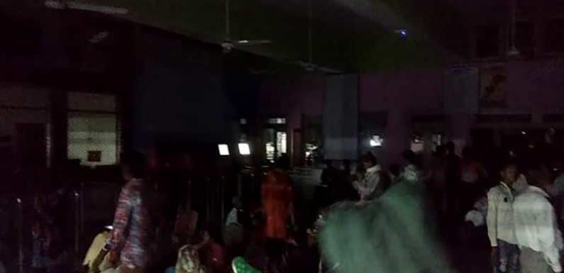 रेलवे की लापरवाही : बुकिंग, पूछताछ कार्यालय में छाया रहा अंधेरा,यात्री रहे हलकान