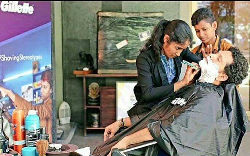 सचिन तेंदुलकर ने  कुशीनगर की महिला हजाम से बनवाई दाढ़ी
