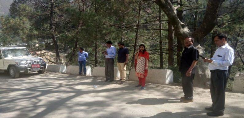 जिलाधिकारी ने बद्रीनाथ राष्ट्रीय राजमार्ग पर सड़क चैडीकरण कार्यो का किया निरीक्षण