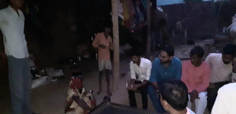 कांग्रेस युवा नेता आशीष गुप्ता ने गांव पहुंचकर जाना पीड़ित का हाल