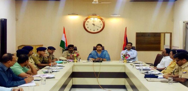पुलिस नोडल अधिकारी रेणुका मिश्रा पहुंची सीतापुर,डीएम-एसपी रहे मौजूद,अधिकारियों के साथ की समीक्षा बैठक,