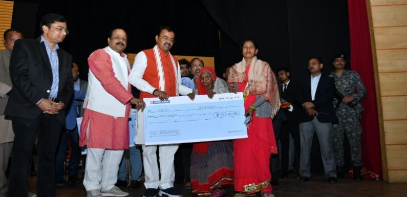 केशवमौर्य ने पुलवामा में शहीद सैनिकों के प्रत्येक परिवार को दिये 22 लाख