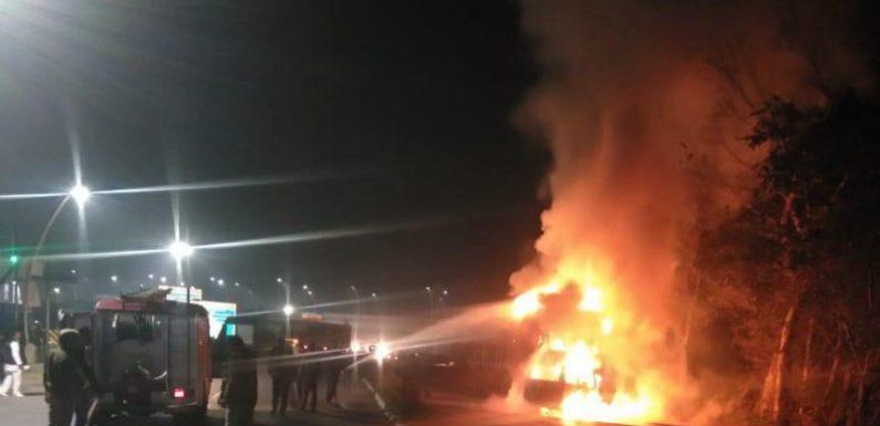 उन्नाव में आगरा एक्सप्रेस-वे पर ट्रक और वैन में टक्कर के बाद लगी भीषड़ आग, 7 की मौत