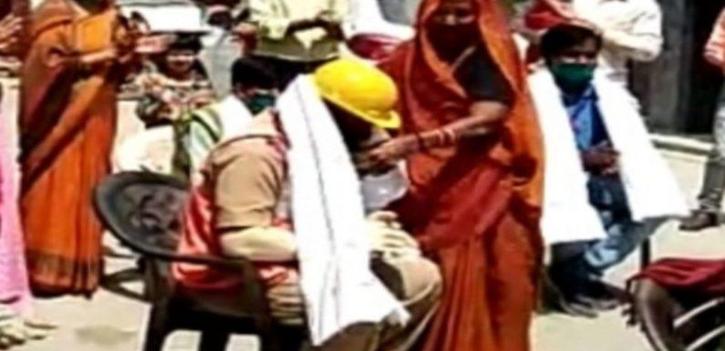 मंत्री महेंद्र सिंह की 95 वर्षीय मां ने किया सफाई कर्मियों का सत्कार