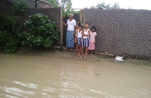 सीतापुरः भीषण बाढ़ से परेशान लोग, चैन की नींद सो रहा प्रशासन