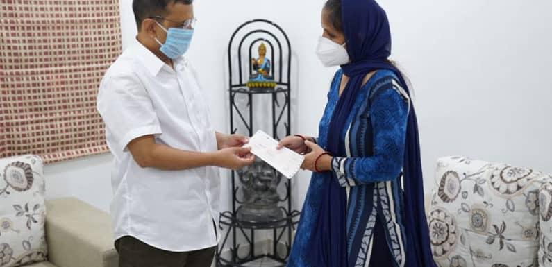 केजरीवाल ने कोरोना वाॅरियर राजेश भारद्वाज के परिजनों को सौंपा एक करोड़ का चेक