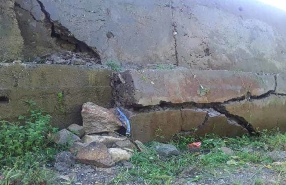घटिया निर्माण सामग्री से मकान व गौशाला भू धंसाव की कगार पर