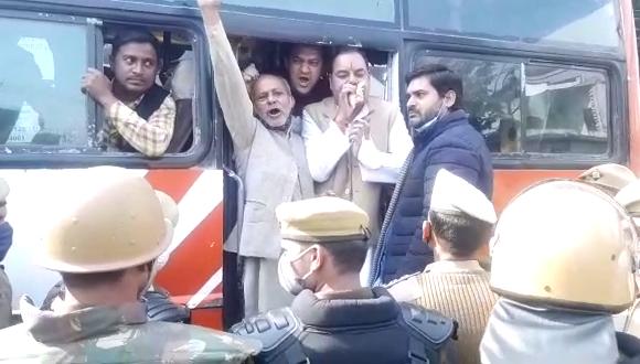 किसान दिवस के मौके पर कांग्रेस के कार्यकर्ताओ को पुलिस ने किया गिरफ्तार