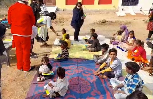 प्रगति रथ संस्था ने निःशुल्क प्राथमिक पाठशाला का शुभारंभ किया, कई चीज़ें बांटी
