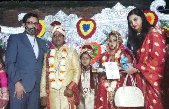शहीद जवान की बेटी का कन्यादान करने खुद पहुँचे देवरिया के डीएम