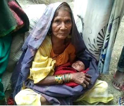 2 माह के दुधमुंहे बच्चे को छोड़कर भागी माँ, राहगीर महिला ने बच्चे को अपनाया