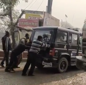 पुलिस कर्मियों की तरह पुलिस की गाड़ी भी बनी धक्का प्लेट