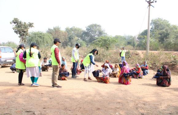 झाँसी : प्रगति रथ समाज सेवी संस्था ने जरूरतमंद लोगों को कम्बल बांटे