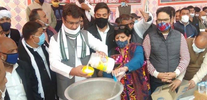 दिल्ली कांग्रेस अध्यक्ष ने बुराड़ी मैदान का दौरा कर किसानों को बनाकर पिलाई चाय