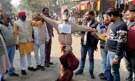 जालौन : ब्राह्मण महासभा ने अभद्र टिप्पड़ी करने पर नेता राकेश टिकैत का पुतला फूंका