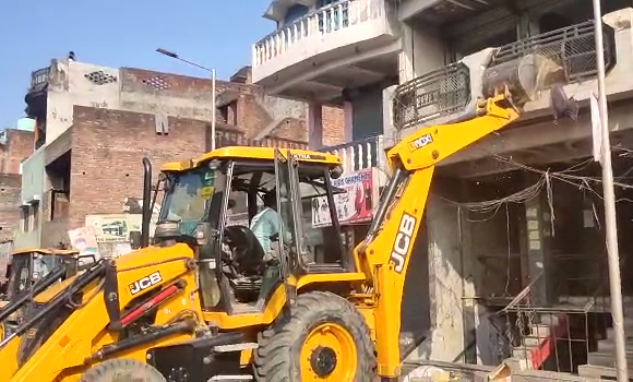 आज़मगढ़ : माफिया कुंटू सिंह के आशियाने पर चला प्रशासन का बुलडोजर